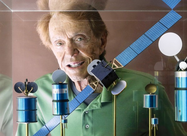 Harold Rosen with models of his satellites at his home in Pacific Palisades (Ricardo DeAratanha/Los Angeles Times)